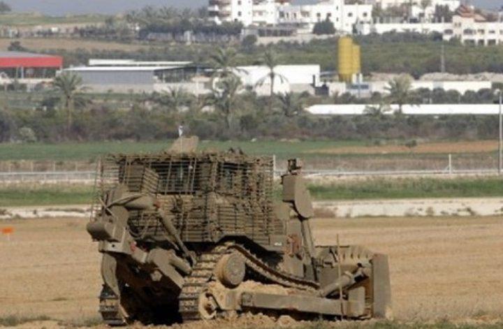 آليات الاحتلال تجرف أراضي زراعية شرق غزة وسط اطلاق نار متقطع