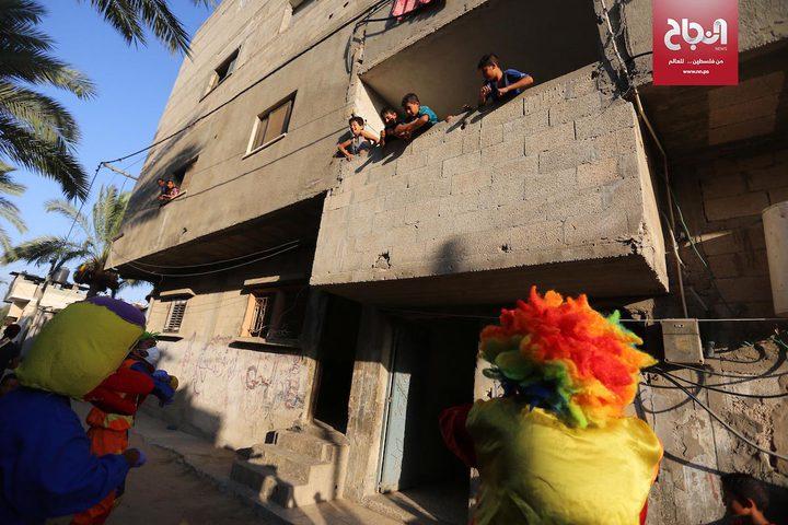 مهرجون يقدمون عروضًا ترفيهية للأطفال في خان يونس لكسر ملل الحجر المنزلي
