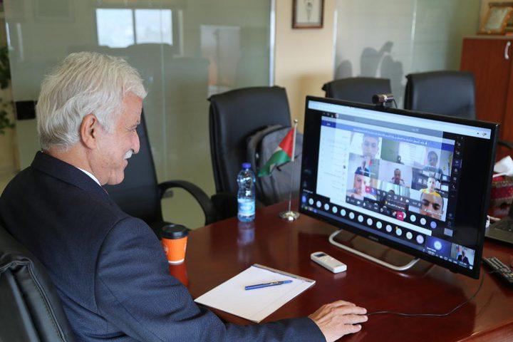 وزير التربية والتعليم يشارك طلبة مدرسة ثانوية حصة افتراضية