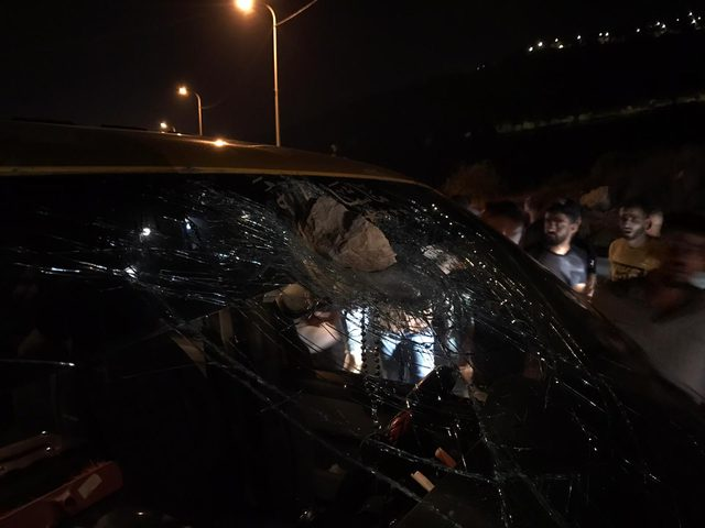 إصابات أحدها خطيرة عقب رشق مستوطنين مركبة بالحجارة قرب ترمسعيا