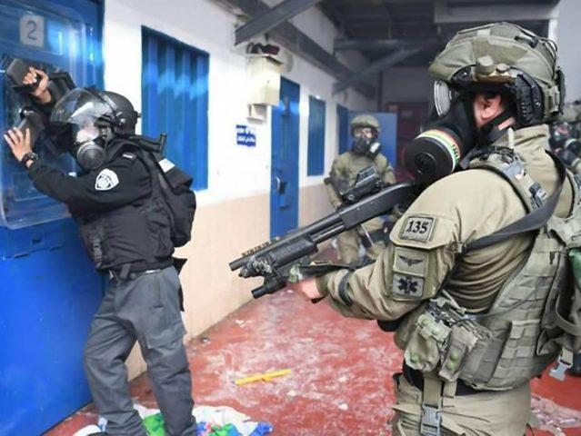 """26 إصابة حصيلة قمع الاحتلال أسرى """"عوفر"""""""