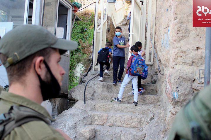 جانب من عودة الطلاب للمدارس في البلدة القديمة في مدينة الخليل بعد انقطاع لأشهر بسبب جائحة كورونا