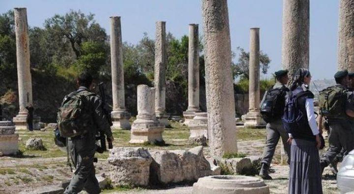 مستوطنون يقتحمون موقعا أثريا في سبسطية بحماية من قوات الاحتلال