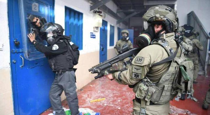 قوات القمع تنقل 34 أسيراً من عوفر إلى سجون أخرى