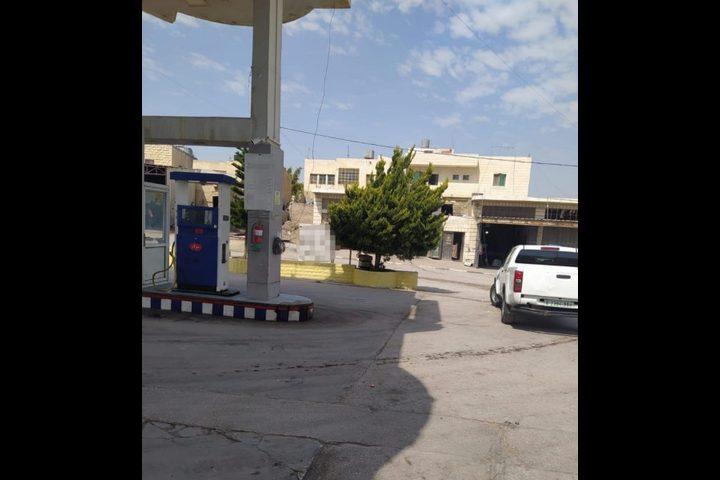 الشرطة وهيئة البترول تغلقان محطة وقود في الخليل