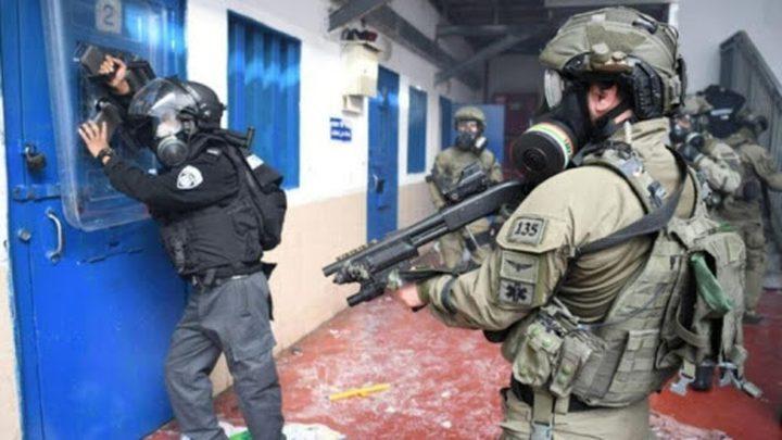 """قوات القمع تعتدي على أسرى سجن """"عوفر"""" بالضرب المبرح وترشهم بالغاز"""