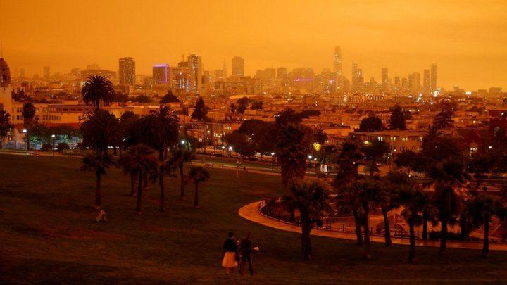 حرائق الغابات تحول سماء مدينة أمريكية إلى اللون البرتقالي