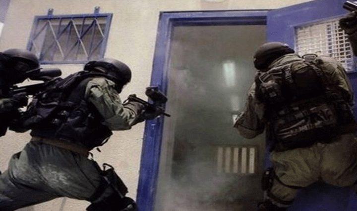"""قوات القمع تقتحم أقسام أسرى سجن """"عوفر"""" وترشهم بالغاز"""