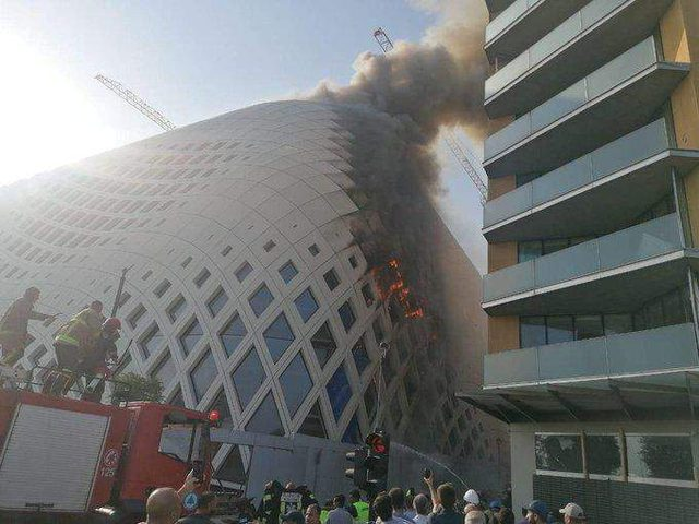 اندلاع حريق داخل مجمع تجاري في وسط بيروت