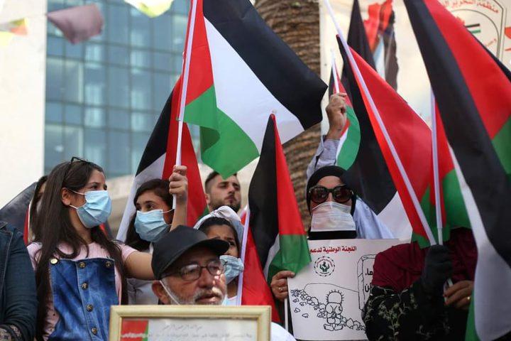 مواطنون يتظاهرون وسط مدينة نابلس تضامناً مع الأسرى في سجون الاحتلال وتنديداً بالإتفاق الإماراتي والبحريني التطبيعي مع حكومة الاحتلال الاسرائيلي .