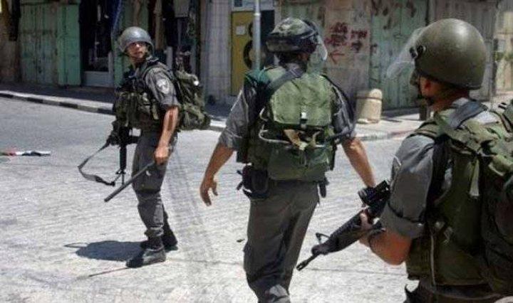 الاحتلال يفتش عدة منازل في الخليل ويستدعي مواطنالمراجعة مخابراته