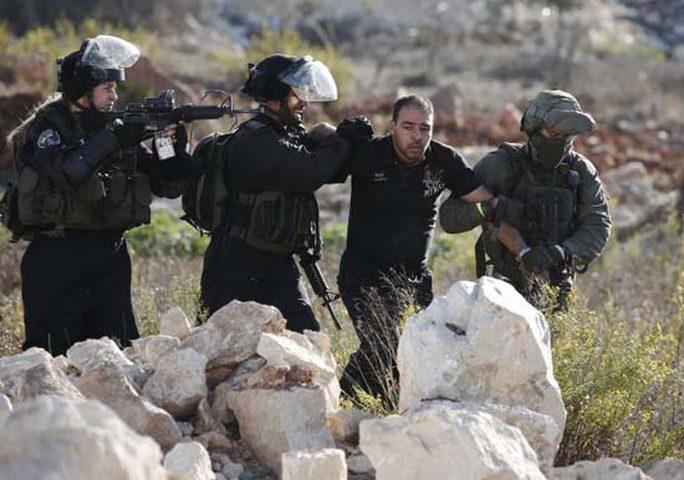 محكمة الاحتلال تفرج عن الجنود الذين نكلوا بالعمال الفلسطينيين
