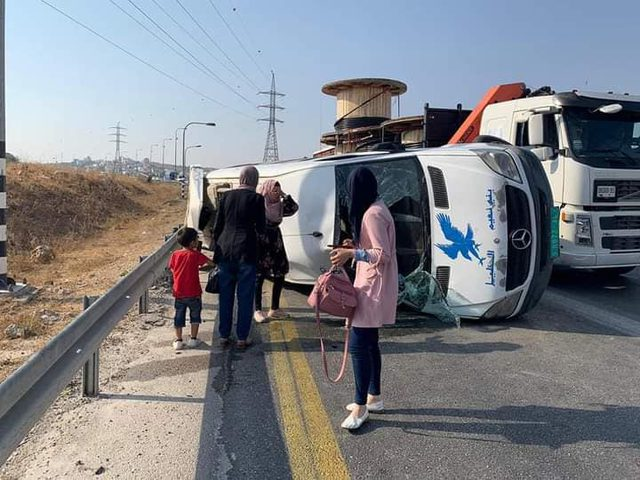 17 اصابة جراء انقلاب حافلة شرق الخليل