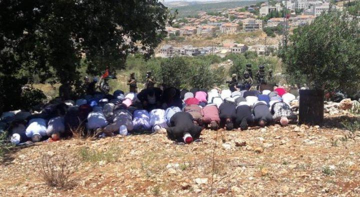 """طولكرم: مواطنون يؤدون """"الجمعة"""" في أراضيهم المهددة بالاستيلاء"""