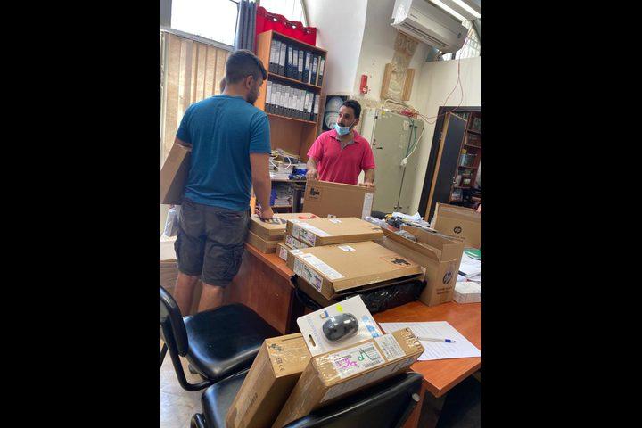 """""""فيصل الحسيني"""": تسلّيم 75 جهاز حاسوب لأربع مدارس ثانوية في القدس"""
