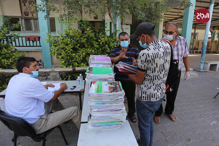 طلبة المرحلة العليا بمدارس دير البلح يستلمون الكتب في أول يوم دوام لهم