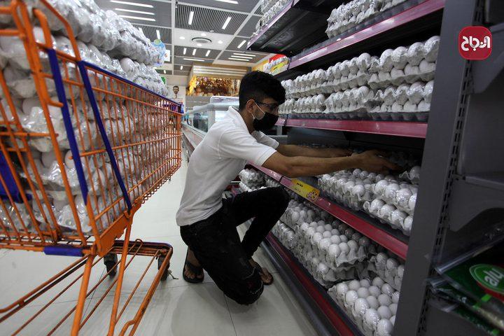 مواطنون يلتزمون بارتداء الكمامات أثناء التسوق بغزة بسبب انتشار فيروس كورونا
