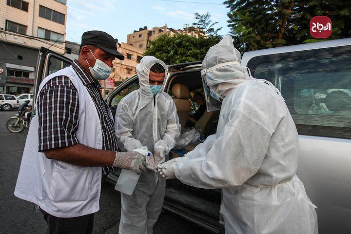 أطباء يرتدون الملابس الوقاية خلال أخذ عينات فحص كورونا في المرافق العامة بغزة