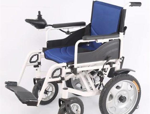 محافظ الخليل يسلم كراسي كهربائية متحركة لذوي الإعاقة
