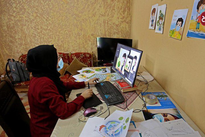 الفنانة الفلسطينية نيفين أبو سالم من دير البلح ترسم شخصيات كرتونية