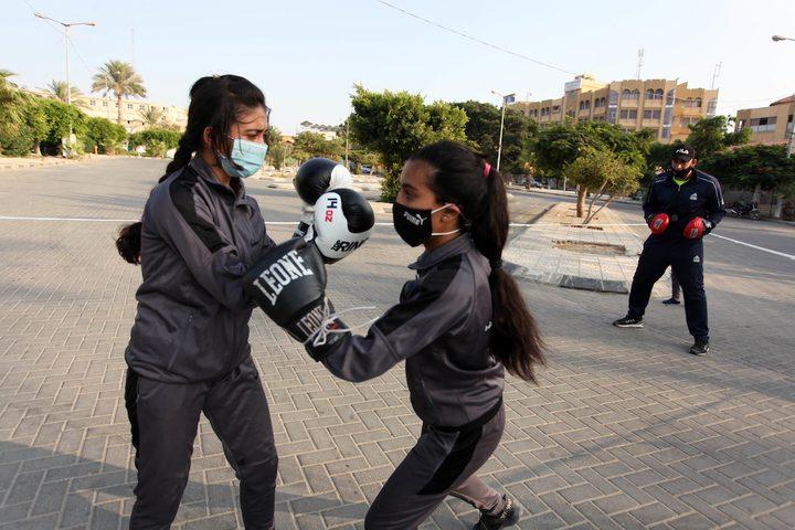 فتيات من غزة يتدربن على الملاكمة في مكان عام بعد قرار اغلاق الصالات الرياضية بسبب تفشي فيروس كورونا