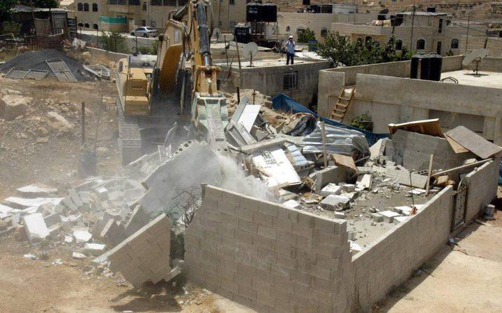 الخليل: الاحتلال يخطر بهدم منزل ويصور 3 أخرى مهددة بالهدم في يطا