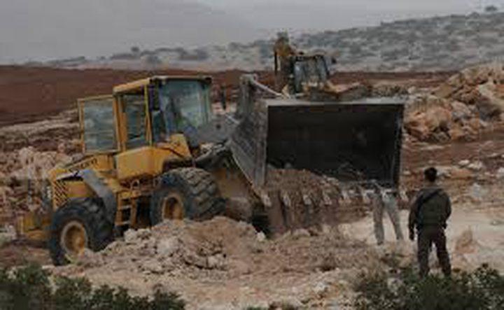 جرافات الاحتلال تغلق طريقا فرعيا في عصيرة القبلية