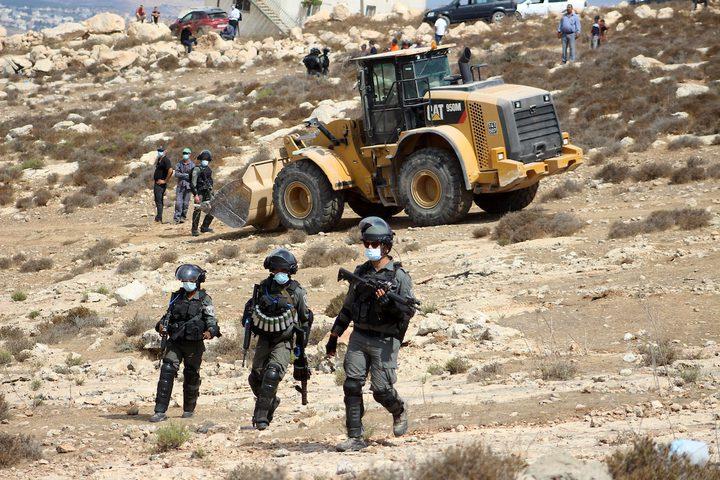 قوات الاحتلال تهدم منزل المواطن مفيد أبو زعنونة بحجة البناء غير المرخص في بلدة بيت عوا جنوب غرب الخليل