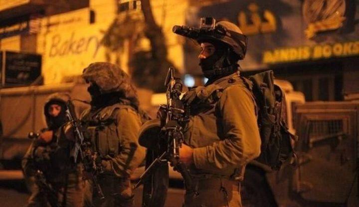 الاحتلال يعتقل مواطنا ويداهم عدة منازل في الخليل