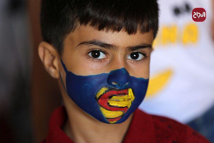الرسامة الفلسطينية رنين الزريعي ترسم كمامات على وجوه الأطفال في ظل تفشي كورونا