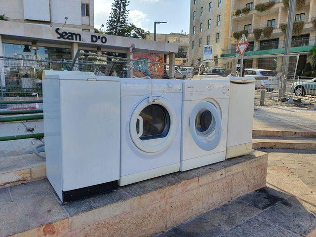 """محتجون """"إسرائيليون"""" ينشرون آلات غسيل أمام منزل نتنياهو"""