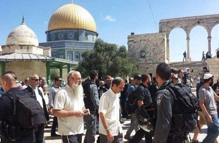عشرات المستوطنين يقتحمون الأقصى بحراسة مشددة من شرطة الاحتلال