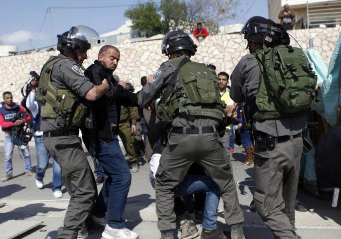 الاحتلال يعتقل شابا بالقدس ويعتدي عليه بالضرب المبرح