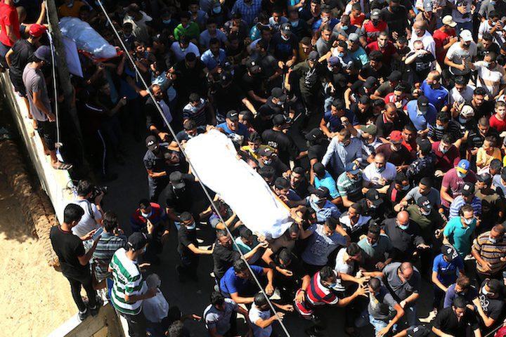 شاهد تشييع جثمانيْ الشهيدين الصيادين في قطاع غزة
