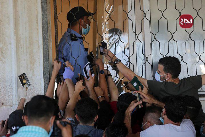 مواطنون ينتظرون اعادة فتح معبر رفح للسفر للجانب المصري