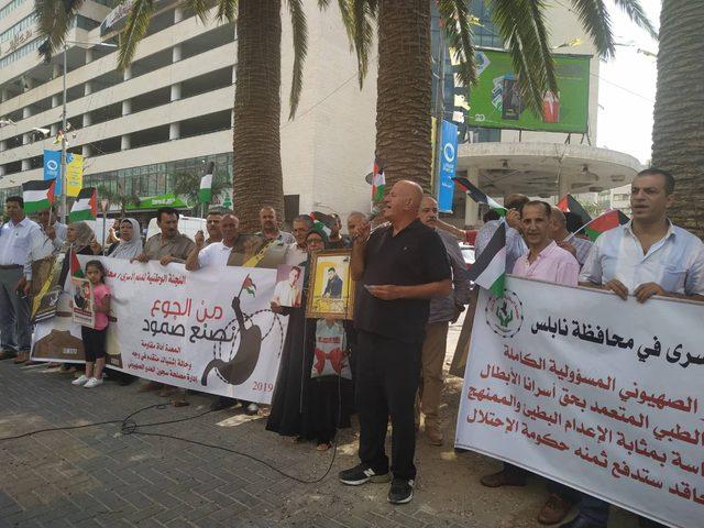 وقفة تضامنية مع الاسرى في سجون الاحتلال بمدينة نابلس