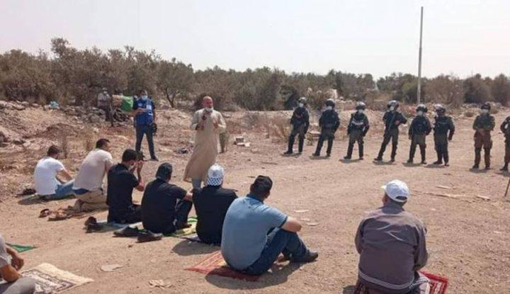"""العشرات يؤدون """"الجمعة"""" في أراضيهم المهددة بالاستيلاء"""