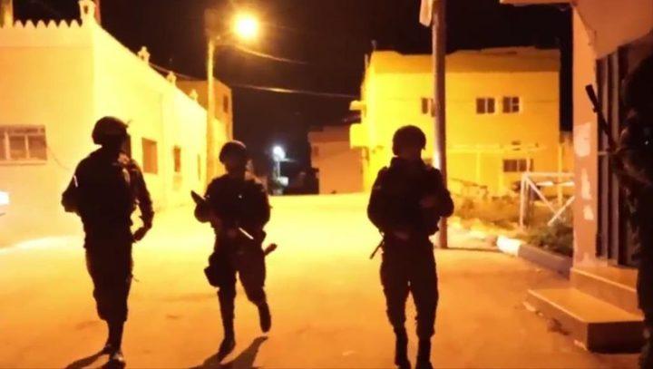 قوات الاحتلال تفتش عدة منازل جنوب الخليل
