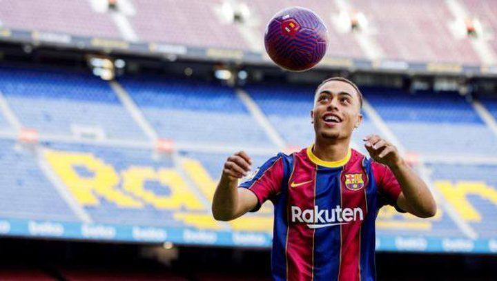 لاعب برشلونة الجديد يتعرض لموقف محرج خلال تقديمه لوسائل الإعلام