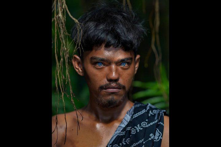 أفراد قبيلة إندونيسية يذهلون العالم بعيون زرقاء ناصعة