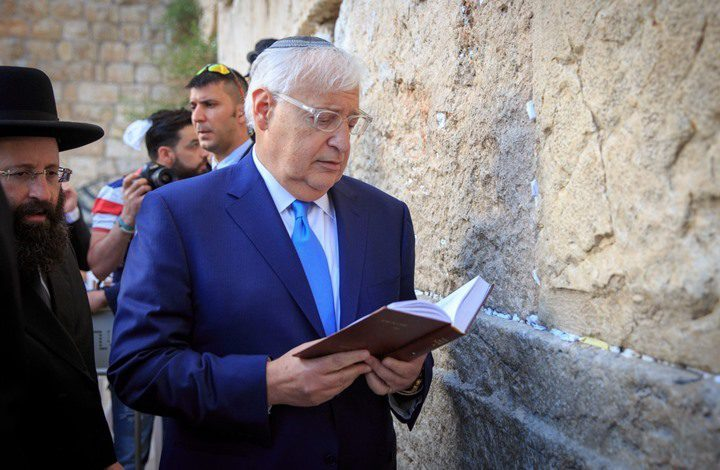 السفير الامريكي فريدمان يؤدي شعائر يهودية عند حائط البراق