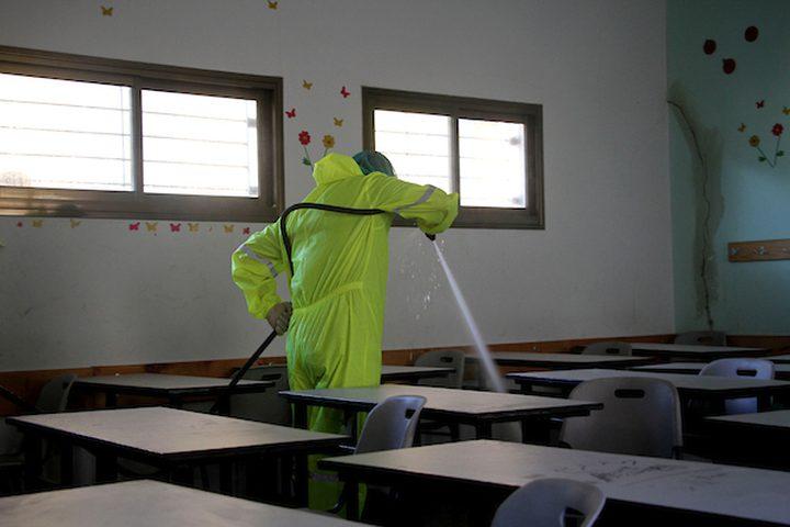 عمال فلسطينيون يعقمون مدرسة ، في إطار استعدادات وزارة التربية والتعليم لإعادة فتح المدارس ، وسط تفشي فيروس كورونا (COVID-19) في جباليا ، شمال قطاع غزة
