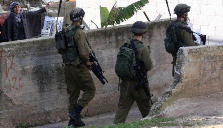 الاحتلال يداهم عددا من المنازل ويفتشها فيالخليل