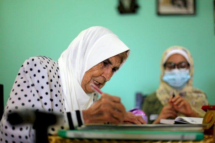 غزة.. معلمة ثمانينية ترفض التخلي عن التدريس رغم تقدمها بالسن