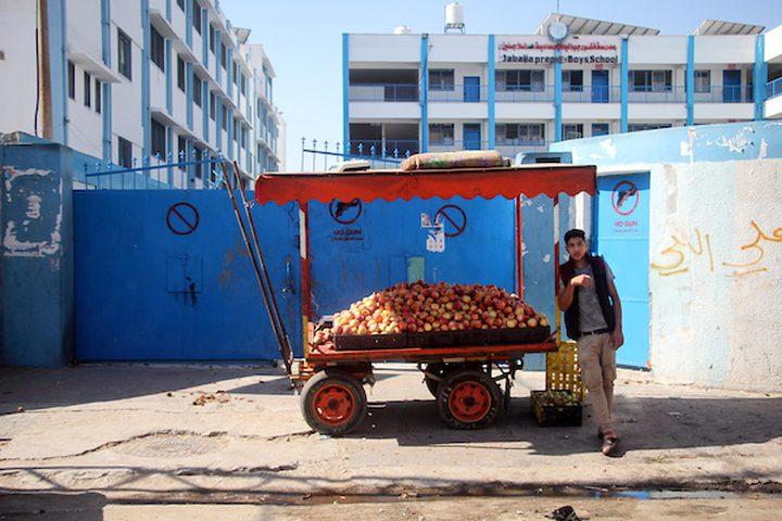 رجل فلسطيني يبيع في الأسواق وسط تفشي مرض فيروس كورونا (كوفيد -19) في جباليا شمال قطاع غزة