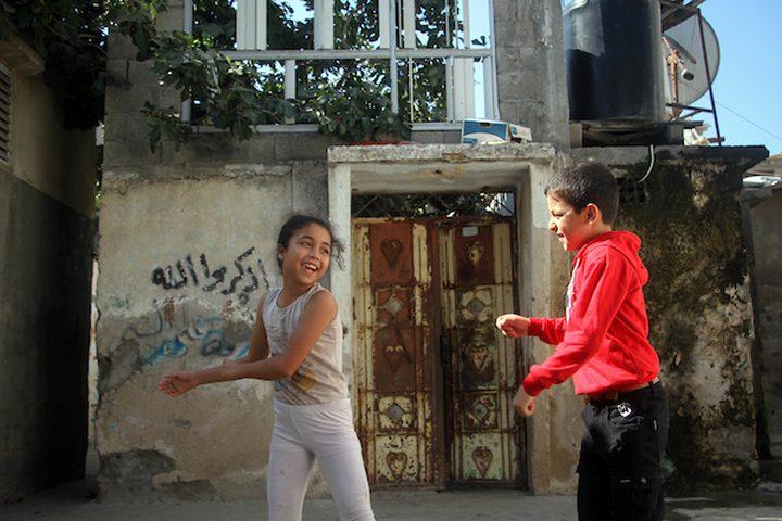 أطفال فلسطينيون يلعبون في الأزقة وسط تفشي فيروس كورونا (COVID-19) في جباليا شمال قطاع غزة