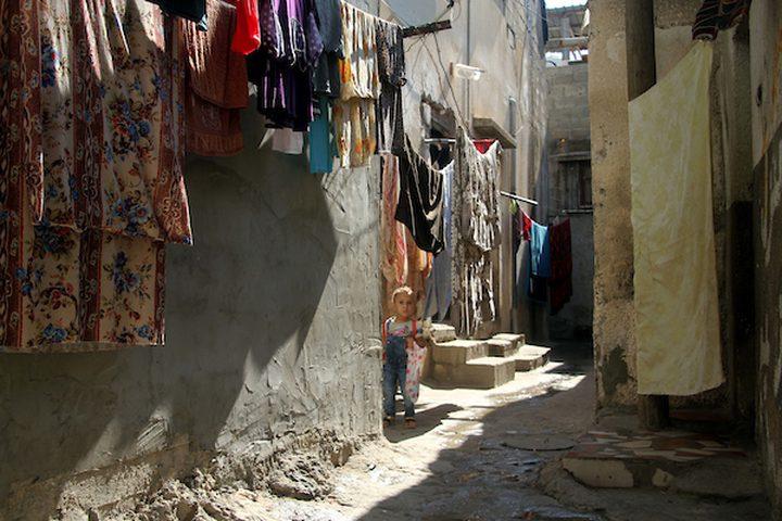 فتاة فلسطينية تقف على باب منزلها وسط تفشي فيروس كورونا (كوفيد -19) في جباليا شمال قطاع غزة