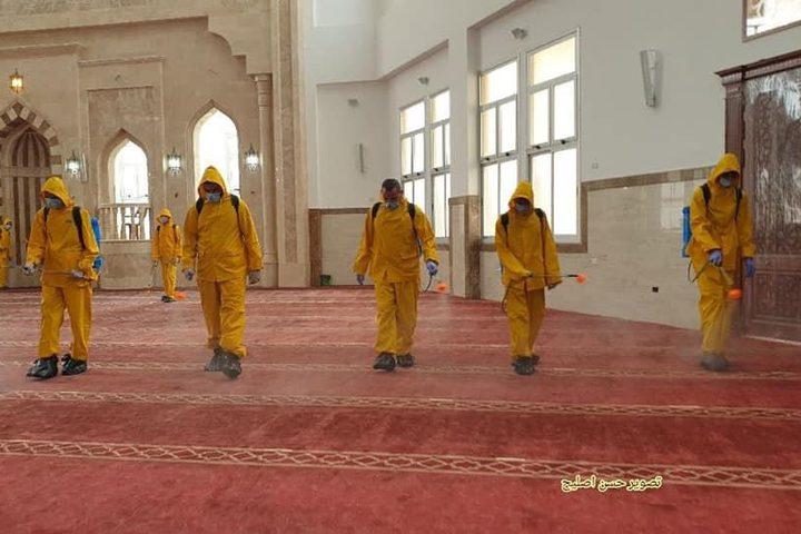 تعقيم المساجد في خانيونس جنوب قطاع غزة استعدادا لأول صلاة جمعة بعد اعادة فتحها