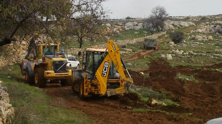 جرافات الاحتلال تغلق عددا من الطرق الزراعية غرب جنين