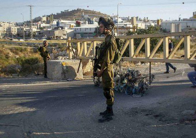 قوات الاحتلال تغلق مدخل مخيم العروب بالبوابة الحديدية